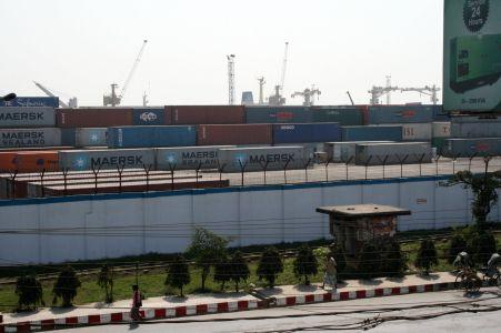 Den inhŠngnade hamnen i Chittagong.