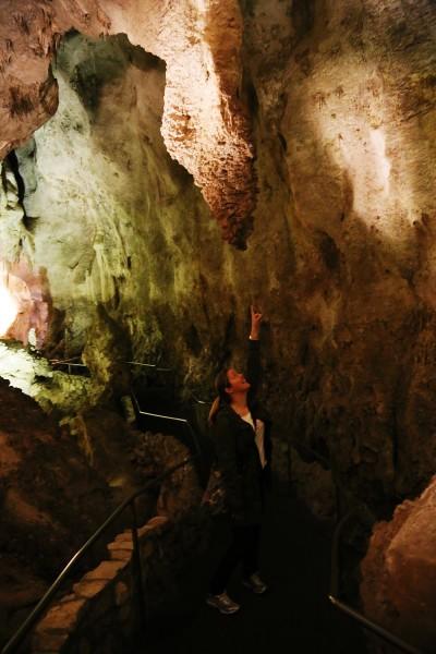 En stalaktit sträcker sig från grottans tak.