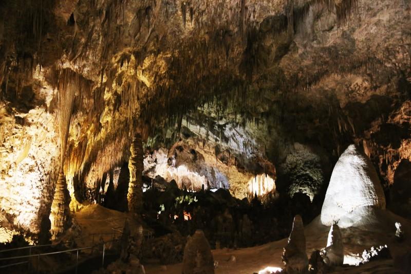 Grottornas naturliga ljussättning är komplett mörker. Allt ljus på bilderna kommer från skickligt installerade lampor.
