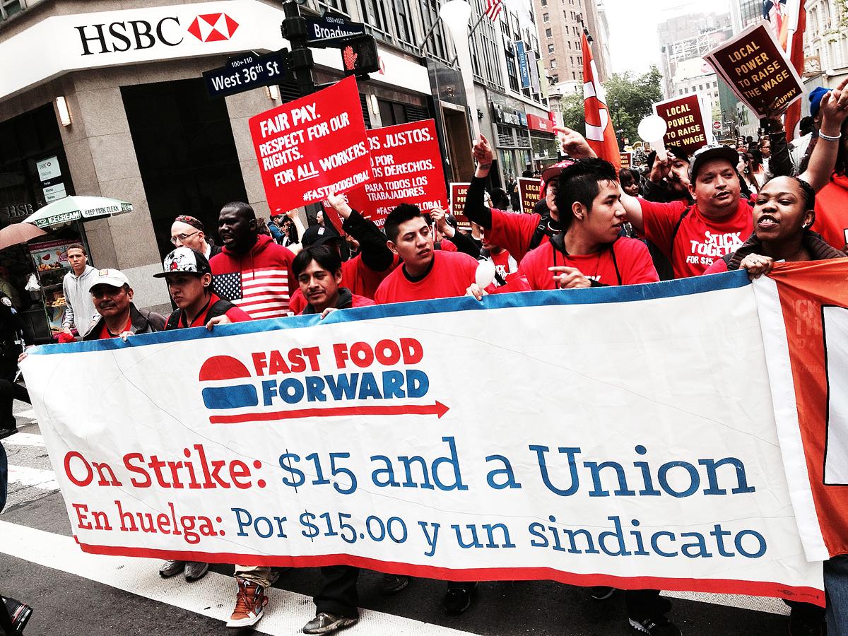 Demonstrationståget är på väg norrut på Manhattan från Herald Square på torsdagen.