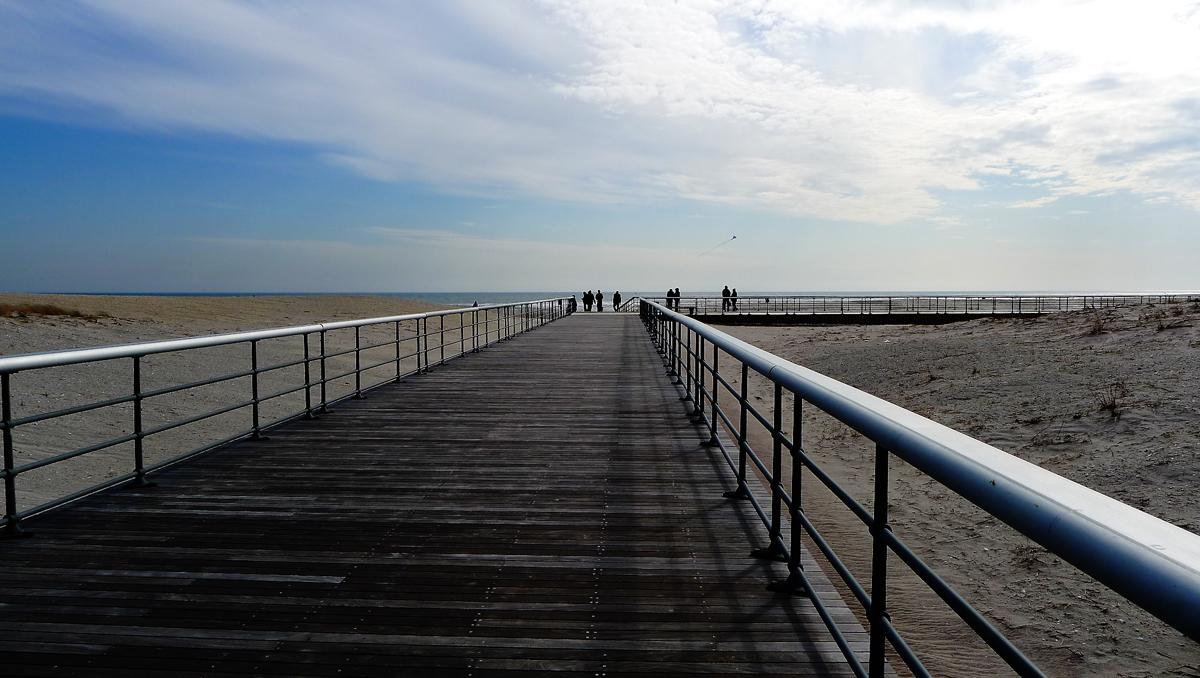 Gångbron ut till stranden.