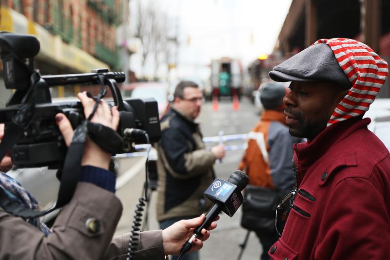 Vittne intervjuas efter explosionen i East Harlem i onsdags, då två femvånings bostadshus förintades i en gigantisk gasexplosion. Foto: Erik Bergin