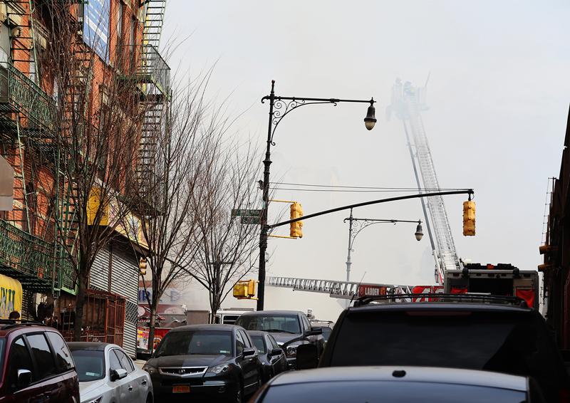 Brandmän bekämpar elden efter explosionen. Se hur stegen försvinner i den tjocka röken, en dryg timme efter smällen. Foto: Erik Bergin