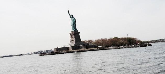 Statyn på sin piedestal ute i vattnet strax söder om Manhattan, New York. Själva statyn har Frankrike skänkt, sockeln har amerikanerna själva skrapat ihop till.
