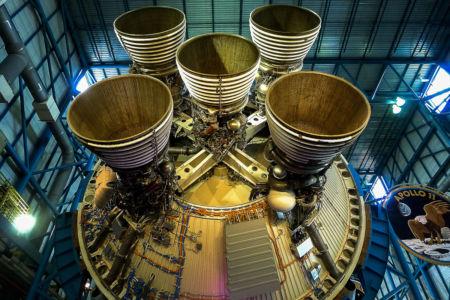 De gigantiska motorerna på en Saturn V-raket.