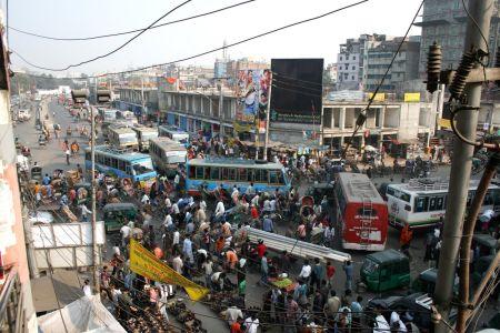 Megakaos i en gatukorsning strax norr om gamla stan i Dhaka.