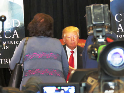 Donald Trump signerar böcker i Trump Tower