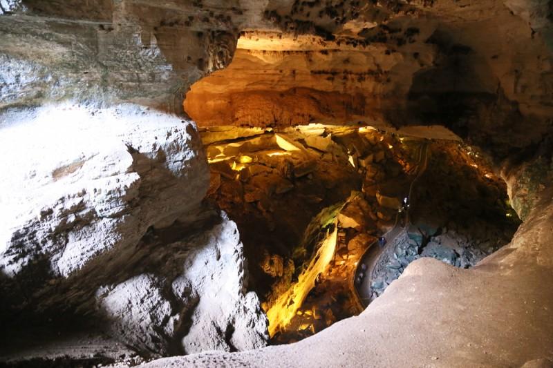 På väg ned i grottorna.