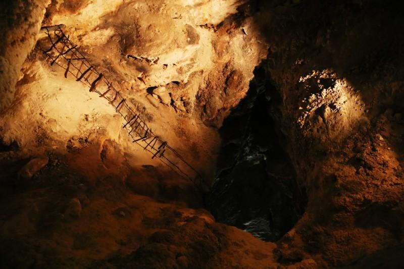 En uråldrig stege från 1900-talets början har lämnats kvar från det att grottsystemet utforskades första gången. Vem är sugen på att klättra ner där i totalt mörker?
