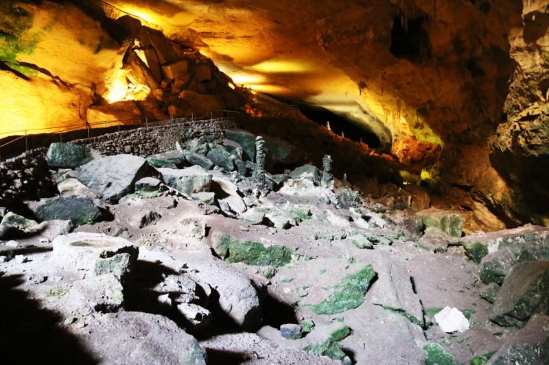 I början/övre delen av grottsystemet där dagsljus ännu strilar in i delar av bergrummet.