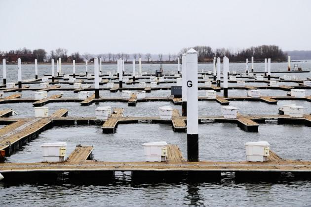 En öde småbåtshamn på City Island.