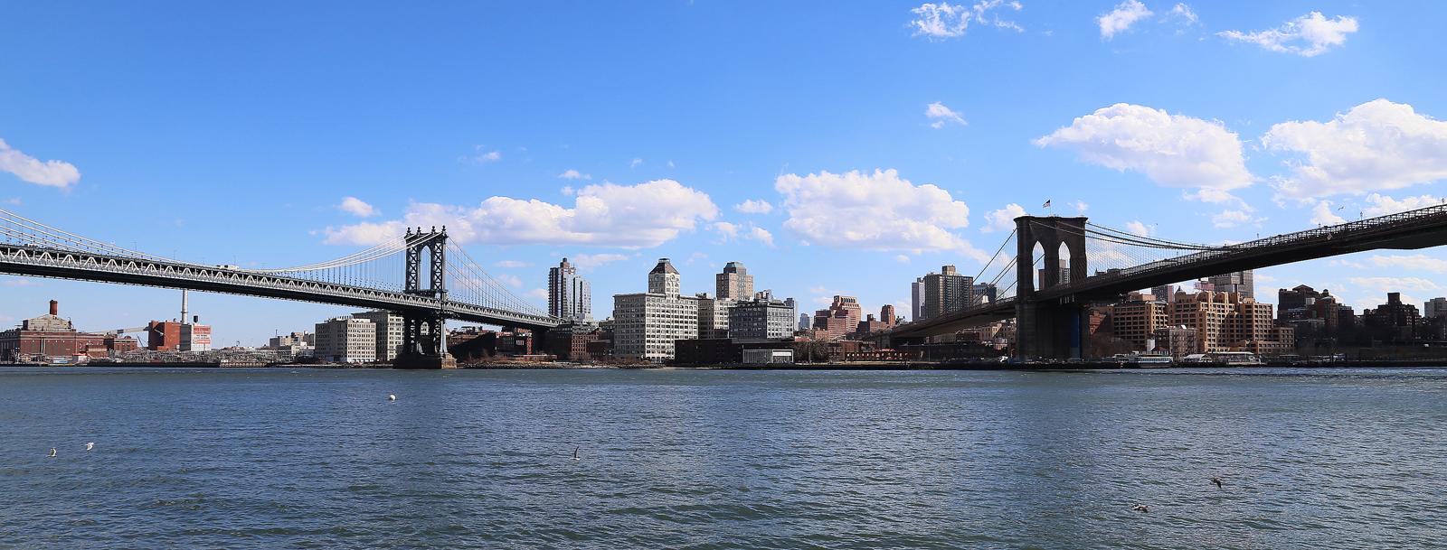 Manhattan Bridge till vänster och Brooklyn Bridge till höger.