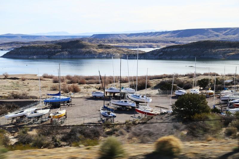 Segelbåtar på landbacken vid sjön Elephant's Butte.