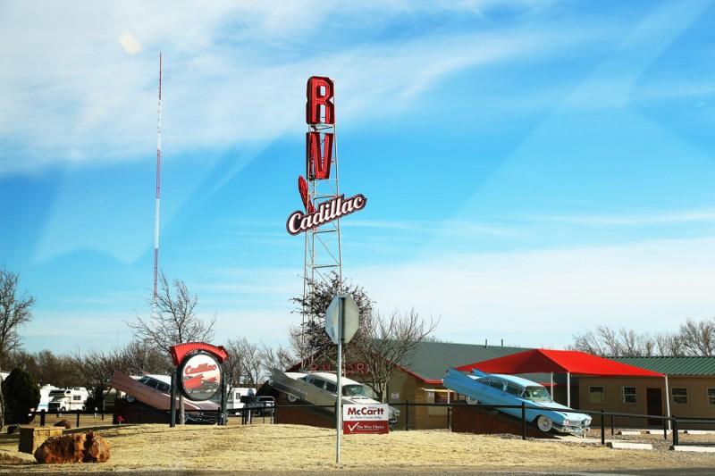 Cadillac-inspirerad kampingplats för husbilar i utkanten av Amarillo.
