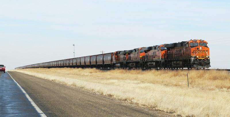 Ett godståg som dras av inte mindre än sex lok.