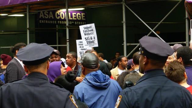 Demonstrationen på väg att varva upp utanför varuhuset Macy's på Manhattan.