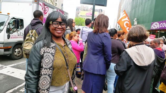 Elisabeth René jobbar på McDonalds. Hon är vare sig nöjd med lönen på 8 dollar i timmen eller med jobbet i sig.