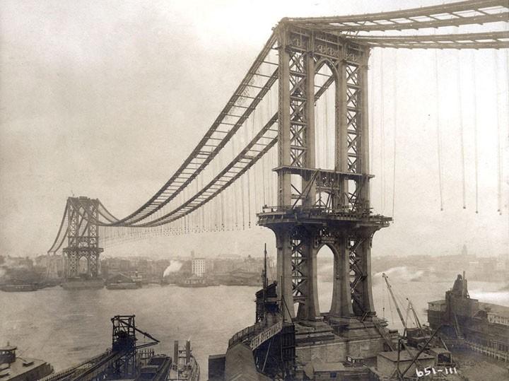 En halvfärdig Manhattan Bridge i början av 1900-talet.