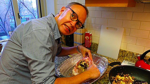 Kocken Erik försöker pressa in lite fyllning till.