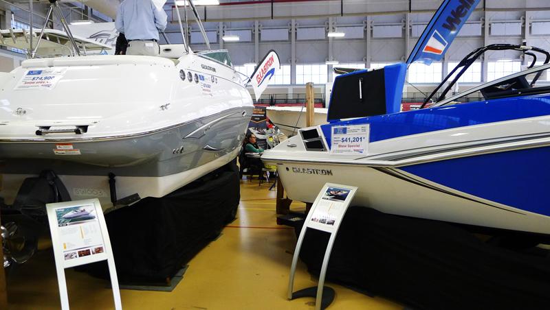Två modeller från amerikanska Glastron, en annan tillverkare av mestadels öppnad småbåtar för lata dagsturer.