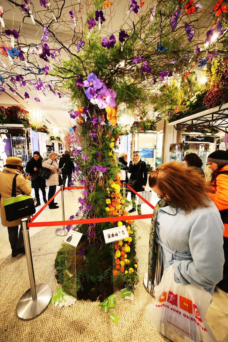 """""""Dagens bukett"""" mitt i varuhuset, som komponeras av olika florister under blomshowen."""