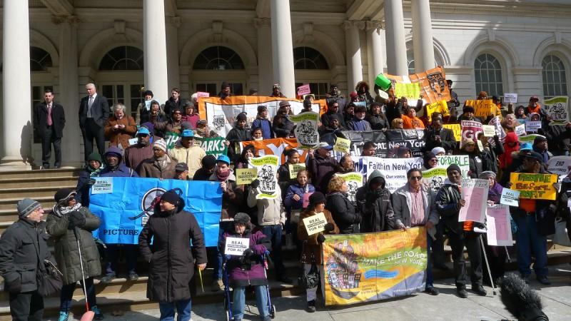 Demonstrationen torsdagen den 6 mars 2014 där runt 100 personer utanför City Hall krävde fler lågprisbostäder i New York.