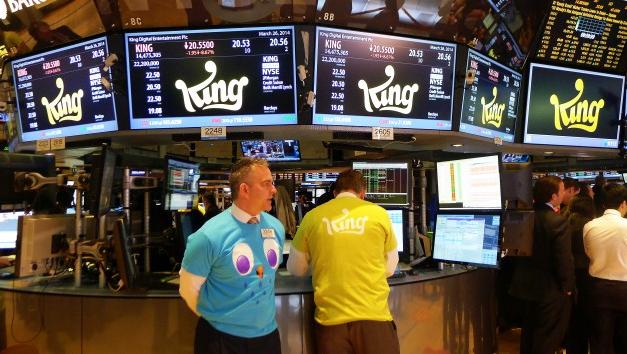 Personal på New York-börsen iklädda King-tshirts dagen till ära. På skärmarna ovanför syns hur aktien går – just vid tillfället rätt rejält ned. Foto: Erik Bergin