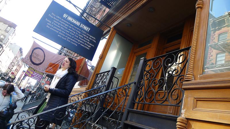 """Entrén till Lower East Side Tenement Museum på Orchard Street, Manhattan.  Byggnaden stod igenbommad och övergiven i flera decennier, innan den """"upptäcktes"""" i slutet av 1890-talet och förvandlades till museum. Det är vissa av byggnadens verkliga hyresgäster bakåt genom seklen vars liv visas upp av guiderna. Foto: Erik Bergin"""