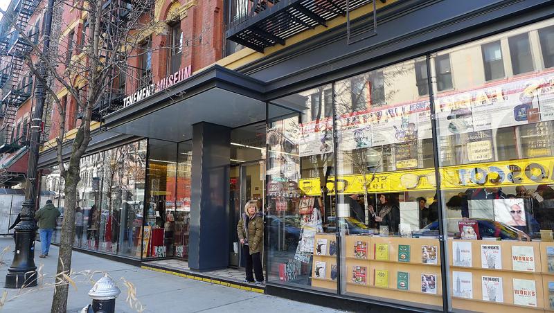 Lower East Side Tenement Museum har bland annat en frikostig bokhandel med massor av historisk litteratur om New York. Foto: Erik Bergin