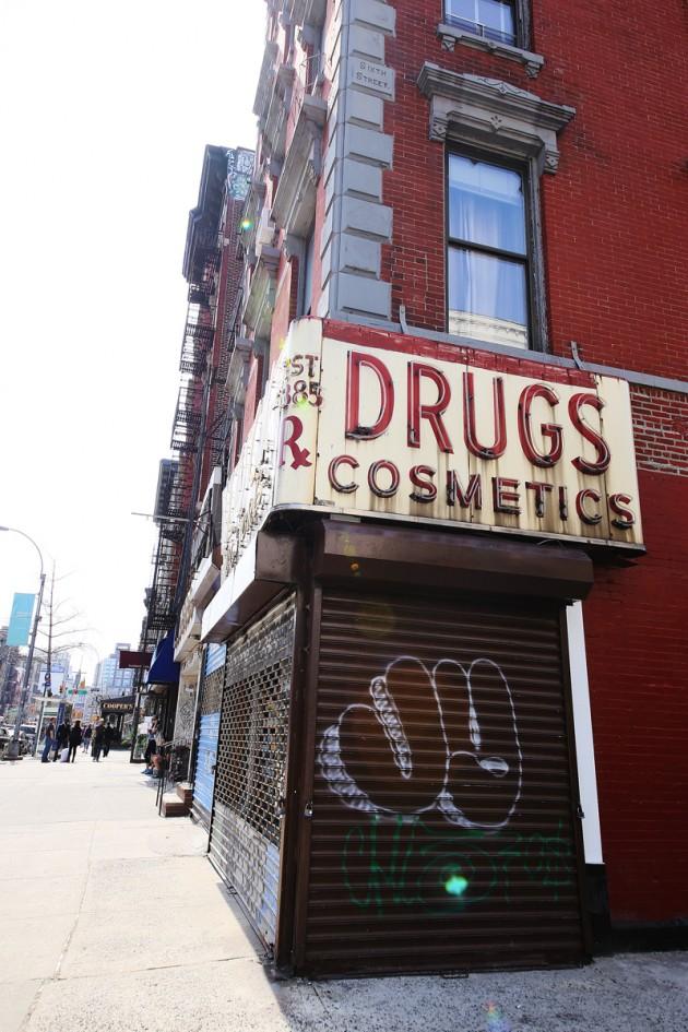 Den här stängda butiken på Andra avenyn fotograferade jag idag...