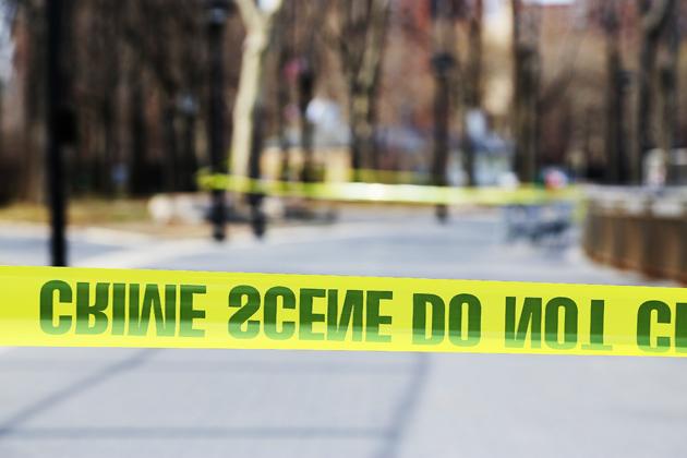 """Brottsplats i East River Park. """"CRIME SCENE DO NOT CROSS"""" står det."""