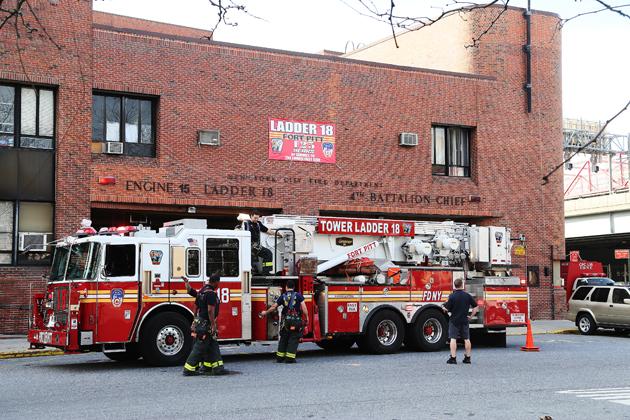 Brandmännen har polerat upp sin brandbil och kontrollerar så att alla lamporna blinkar.