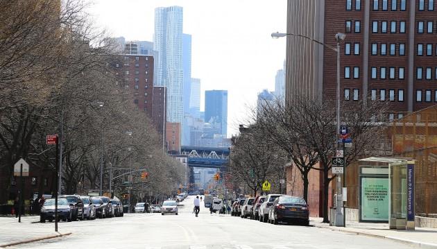 Water Street söderut från Montgomery Street. Därnere syns Manhattan Bridge.