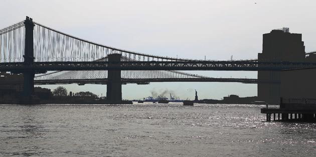 Brooklyn Bridge (längst bort) och Manhattan Bridge  sedda norrifrån. Längst därnere Frihetsgudinnan (eller Frihetsstatyn som den borde heta).