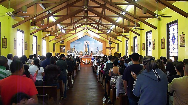 Kyrkan i Mendota är fullsatt på söndagar.