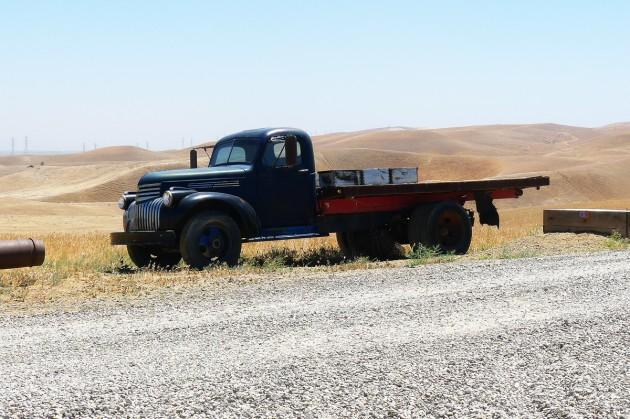 En antik truck på en gård strax utanför Mendota.