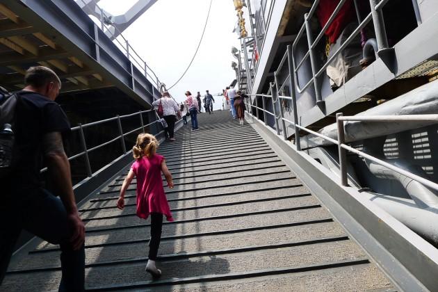 På väg upp på akterdäck på USS Oak Hill.