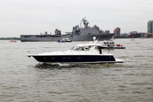 USS Oak Hill på väg upp i Hudsonfloden.