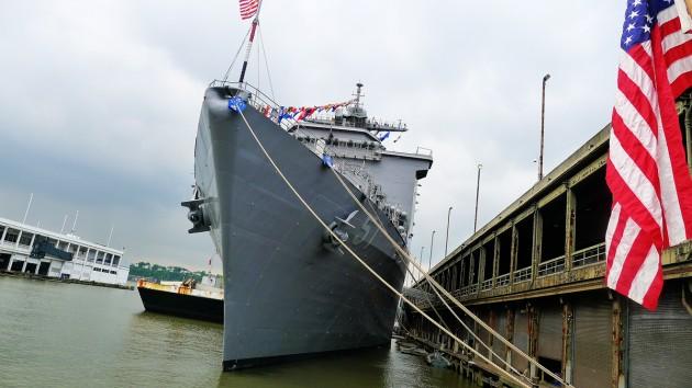 Fören på det 185 meter långa USS Oak Hill, met helikopterplatta på akterdäck. Hon har tolv däck och maxar 24-25 knop.