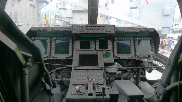Cockpiten på fartygets Bell Boeing V-22 Osprey.