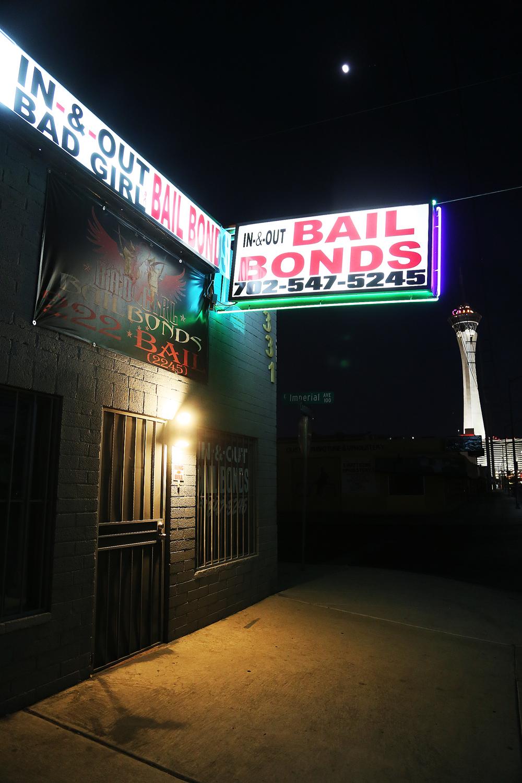Ett annat Las Vegas. Norrut, nära Las Vegas Downtown, finns få turister. Här trängs Bail Bonds (en agentur där du kan låna pengar för att lösa ut någon från arrester) med kapell som erbjuder Drive In-vigsel. I fjärran syns The Stratosphere.
