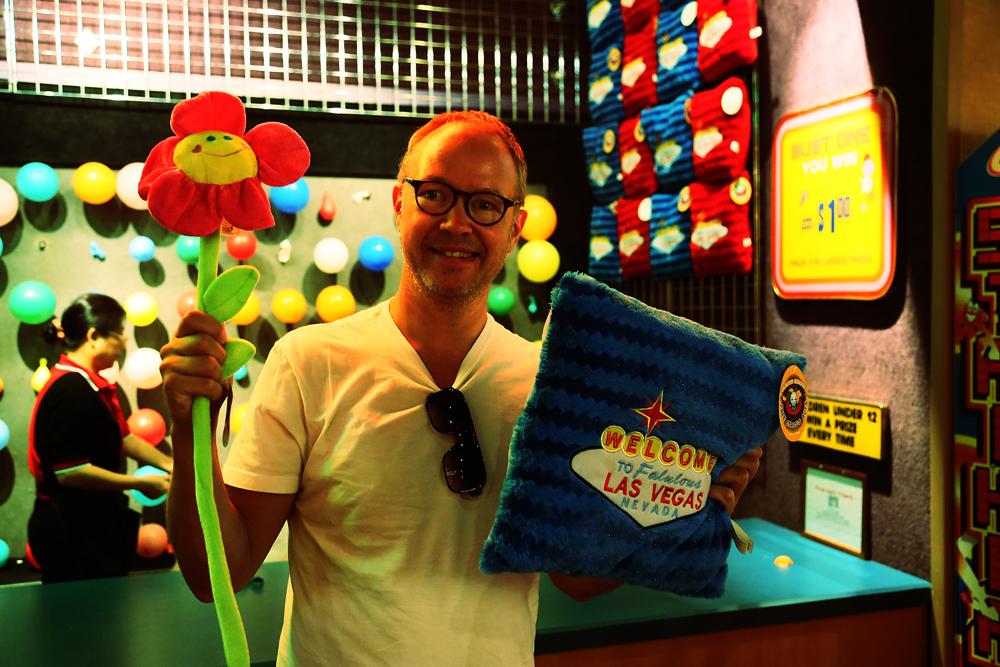 Pilkastning för $15 gav det här resultatet på Circus Circus: en Vegas-kudde och en plyschblomma.