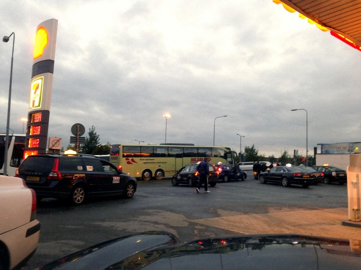 Shellmacken förvandlas till taxistation denna kväll utanför Tele2 Arena.