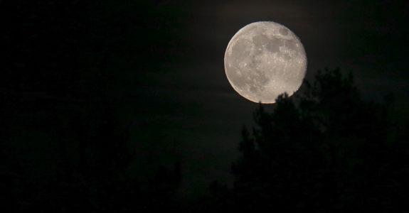 roslagen-moon-april2019-1400-1-575x300.jpg